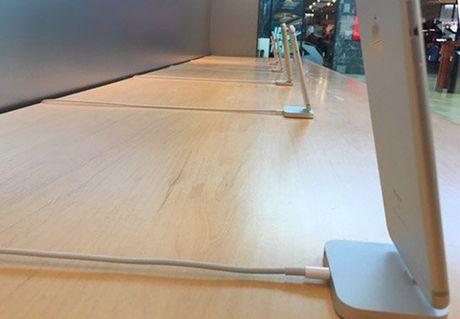 Apple 'coi troi' iPhone tren ke de khach cam thoai mai - Anh 2