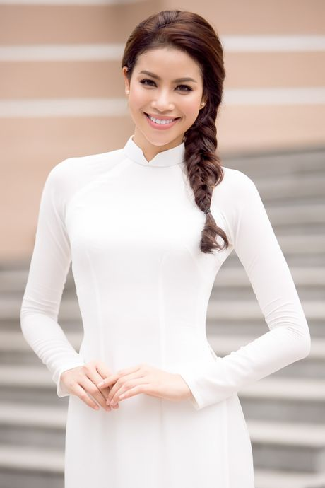 Pham Huong dep tinh khoi ve truong trao 100 suat hoc bong - Anh 1