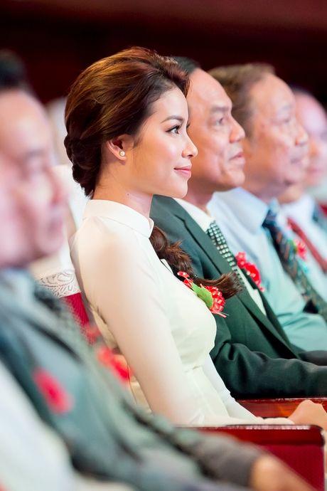Pham Huong dep tinh khoi ve truong trao 100 suat hoc bong - Anh 2