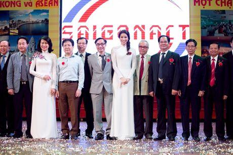 Pham Huong dep tinh khoi ve truong trao 100 suat hoc bong - Anh 5