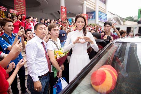 Pham Huong dep tinh khoi ve truong trao 100 suat hoc bong - Anh 7