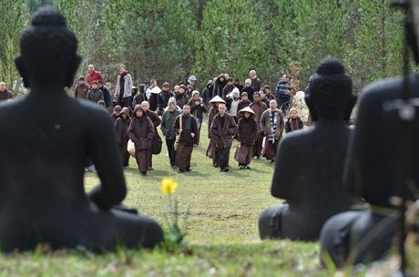 Thien su Thich Nhat Hanh chi day cach tho cuc ky don gian co the day lui oan gian va tuyet vong - Anh 2