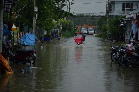 Mua lon ket hop trieu cuong, nuoc dang cuon cuon tren duong pho Sai Gon - Anh 1