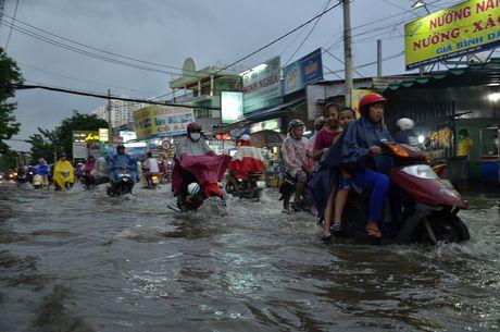 Mua lon ket hop trieu cuong, nuoc dang cuon cuon tren duong pho Sai Gon - Anh 2