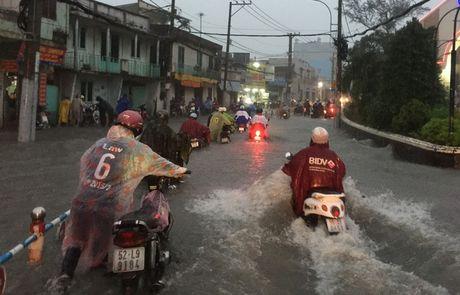 Mua lon ket hop trieu cuong, nuoc dang cuon cuon tren duong pho Sai Gon - Anh 3