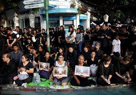 Tranh cai viec khong mac do den de tang vua, Thu tuong Thai can thiep - Anh 1