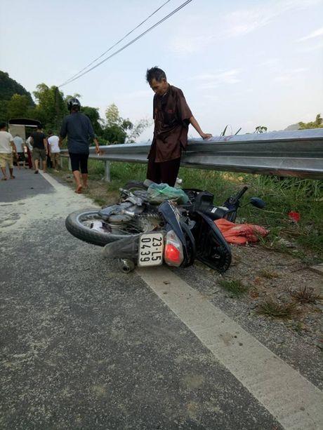 Ha Giang: Xe khach mat lai tong thang xe may, 2 vo chong chet tham - Anh 1