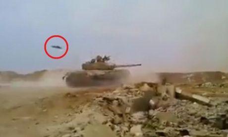 Xe tang quan doi Syria thoat luoi hai tu than trong gang tac - Anh 1