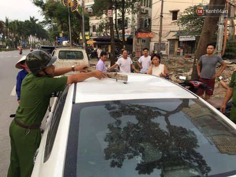 Ha Noi: Thanh sat tu 'tren troi roi xuong' trung o to, nguoi phu nu thao chay ra ngoai - Anh 2