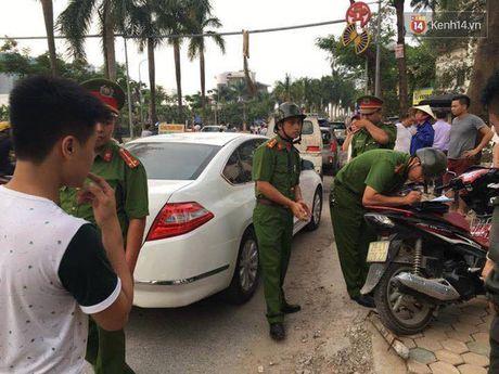 Ha Noi: Thanh sat tu 'tren troi roi xuong' trung o to, nguoi phu nu thao chay ra ngoai - Anh 3