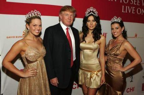 Donald Trump vo tu ra vao phong thay do Hoa hau - Anh 1