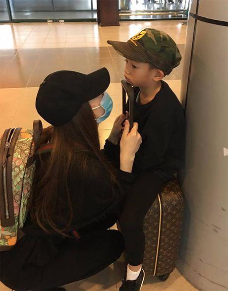 Ha Ho dua con trai ve que Quang Binh cuu tro dan vung lu - Anh 2