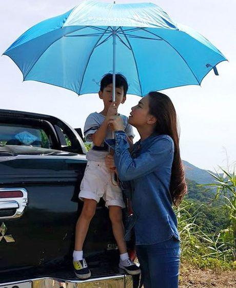 Ha Ho dua con trai ve que Quang Binh cuu tro dan vung lu - Anh 5