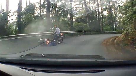 Video Honda AirBlade mat phanh, dam vao dai ta-luy khi do deo Tam Dao - Anh 1