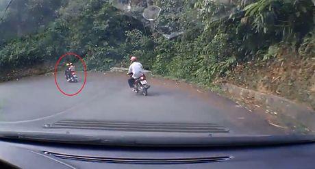 Video Honda AirBlade mat phanh, dam vao dai ta-luy khi do deo Tam Dao - Anh 2