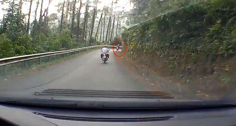 Video Honda AirBlade mat phanh, dam vao dai ta-luy khi do deo Tam Dao - Anh 3