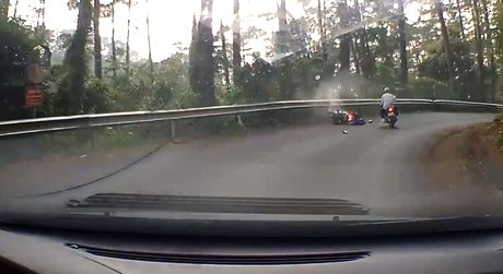 Video Honda AirBlade mat phanh, dam vao dai ta-luy khi do deo Tam Dao - Anh 4