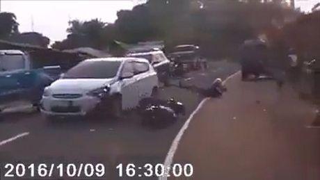 O to vuot om cua lan lan, biker 'nga ngua' giua duong - Anh 1
