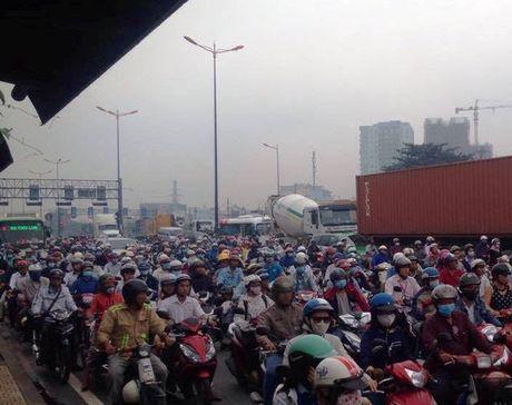 Mot xe an va, hang ngan nguoi chiu tran tren xa lo Ha Noi - Anh 2