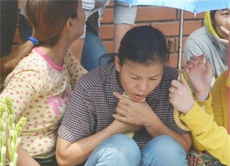 Vu be trai bi nuoc cuon xuong cong: That long canh nguoi me bat dong gao khoc ten con - Anh 1