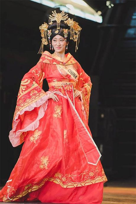 Hoa hau Trung Quoc bi nham la dan ong vi tho cung, gia nua - Anh 1