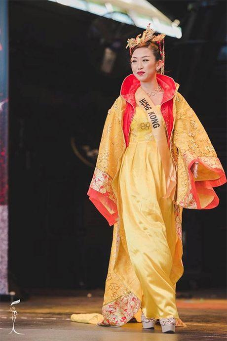 Hoa hau Trung Quoc bi nham la dan ong vi tho cung, gia nua - Anh 3