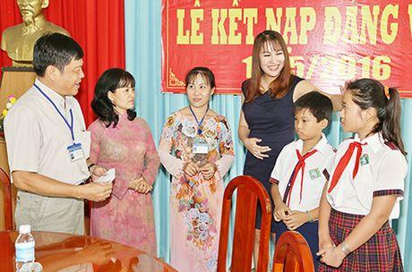 Phi Thanh Van khoc nac khi tham hai ba chau ngheo kho - Anh 7