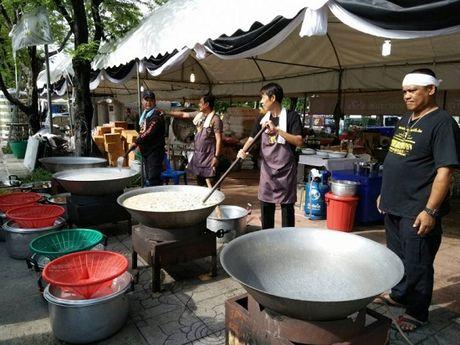 Thai Lan: Phuc vu mien phi cho nguoi dan vao vieng Nha vua - Anh 3