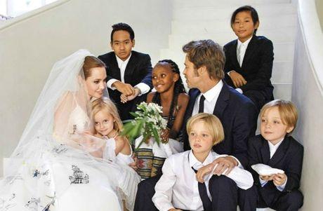 Angelina Jolie 'da boc xuong' xuat hien lan dau sau on ao ly hon Brad Pitt - Anh 1