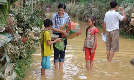 Hoa hậu Ngọc Hân lội nước vào cứu trợ đồng bào miền Trung