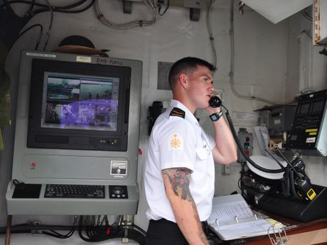 Can canh chien ham Canada HMCS Vancouver tai Cang Sai Gon - Anh 11