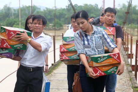 Hoa hau Ngoc Han loi nuoc tu thien tai mien Trung - Anh 11