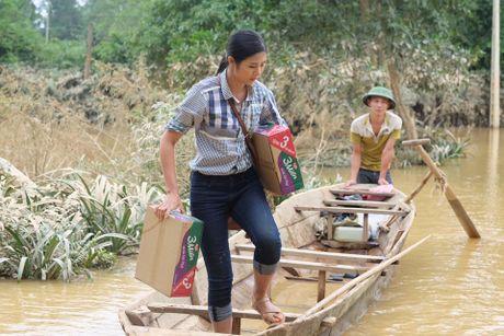 Hoa hau Ngoc Han loi nuoc tu thien tai mien Trung - Anh 1