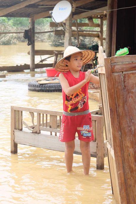 Hoa hau Ngoc Han loi nuoc tu thien tai mien Trung - Anh 6