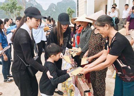 Ho Ngoc Ha huy show, dua Su Beo ve que Quang Binh cuu tro dong bao chiu thien tai - Anh 12