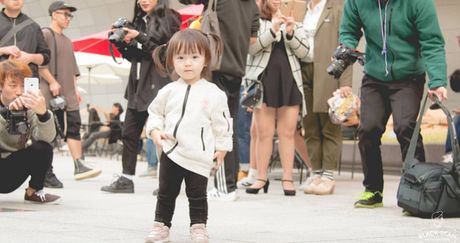 Fashionista hay Ngoi sao? Khong, chinh cac co be cau be nay moi dang 'thong tri' Seoul Fashion Week! - Anh 25