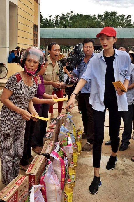 Nhan qua cuu tro, nguoi dan Quang Binh om cham Ho Ngoc Ha - Anh 10
