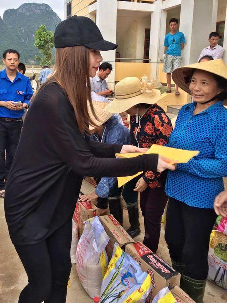 Nhan qua cuu tro, nguoi dan Quang Binh om cham Ho Ngoc Ha - Anh 2