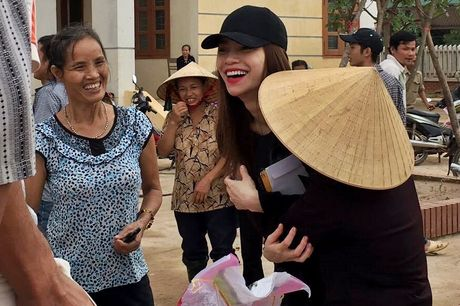 Nhan qua cuu tro, nguoi dan Quang Binh om cham Ho Ngoc Ha - Anh 7