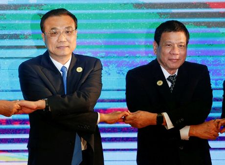 Tong thong Duterte dang 'danh cuoc' voi Trung Quoc - Anh 1