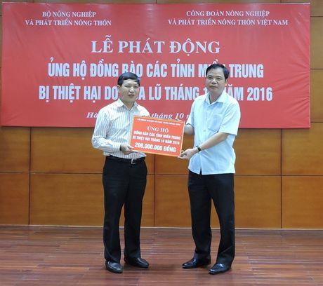 Nganh NN-PTNT phat dong ung ho dong bao mien Trung - Anh 2