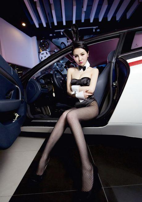 Man nhan truoc than hinh sexy cua my nu ben Maserati - Anh 8