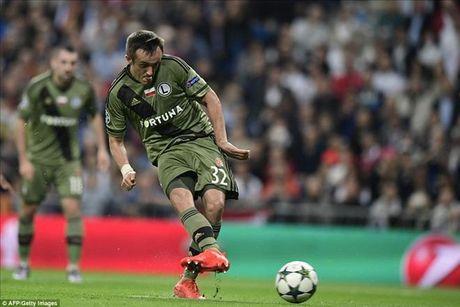 Real Madrid 5-1 Legia Warsaw: Ronaldo khong ghi ban, Real mat ngoi dau - Anh 3