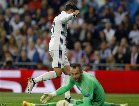 Real Madrid 5-1 Legia Warsaw: Ronaldo khong ghi ban, Real mat ngoi dau - Anh 5