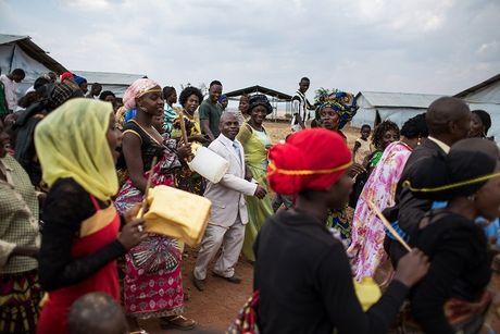 Can canh dam cuoi tap the cua nguoi ti nan Cong-go o Burundi - Anh 11