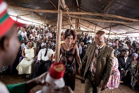 Can canh dam cuoi tap the cua nguoi ti nan Cong-go o Burundi - Anh 1