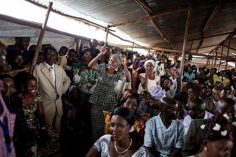 Can canh dam cuoi tap the cua nguoi ti nan Cong-go o Burundi - Anh 3