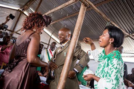 Can canh dam cuoi tap the cua nguoi ti nan Cong-go o Burundi - Anh 4