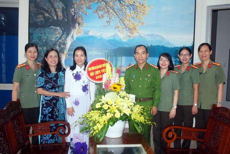 Lanh dao CATP Da Nang tham, tang hoa chuc mung Hoi LHPN TP Da Nang - Anh 1