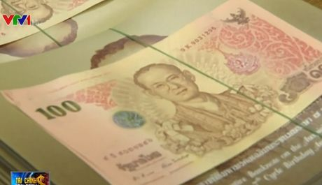 Nguoi Thai xep hang dai cho mua tien luu niem in hinh Nha vua Bhumibol Adulyadej - Anh 1